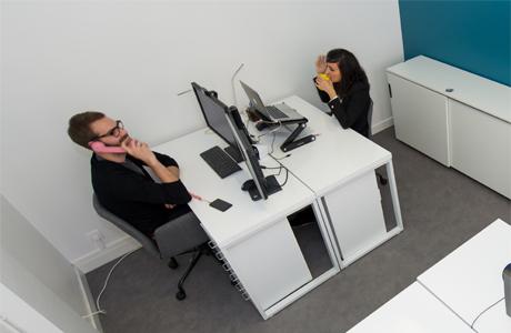 Un bureau fermé dans un espace de coworking
